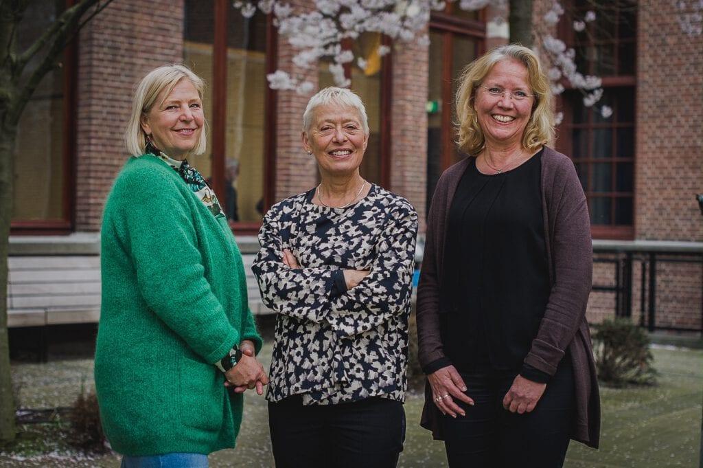 drie glimlachende vrouwen