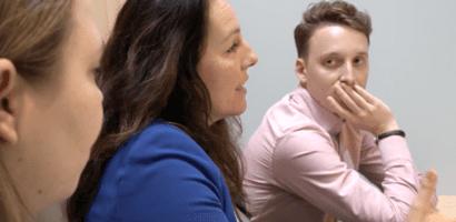 Werkbespreking met drie personen aan tafel
