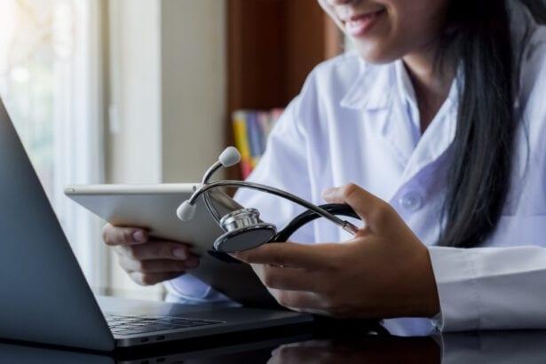 vrouw houd ipad en medisch gereedschap vast